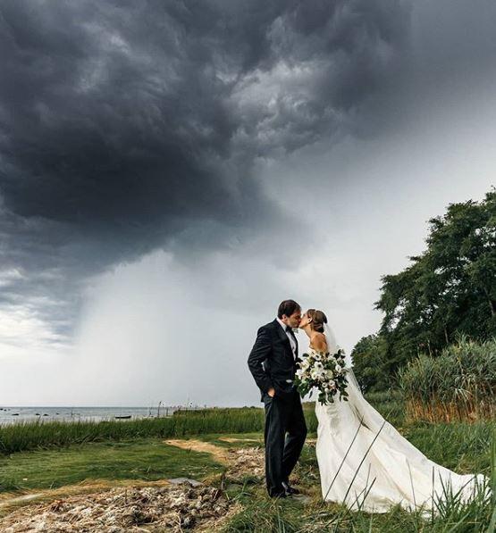 Νιόπαντρο ζευγάρι γάμος μαυρίλα ουρανός