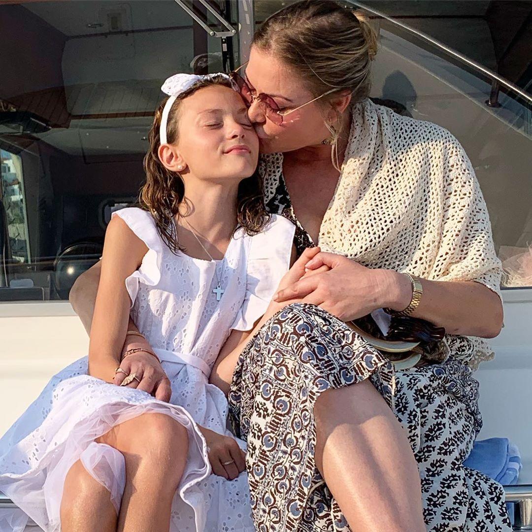 Η νονά Μελίσσα Βαρδινογιάννη αγκαλιά με την βαφτιστήρα της Μελίνα Πασχαλίδου