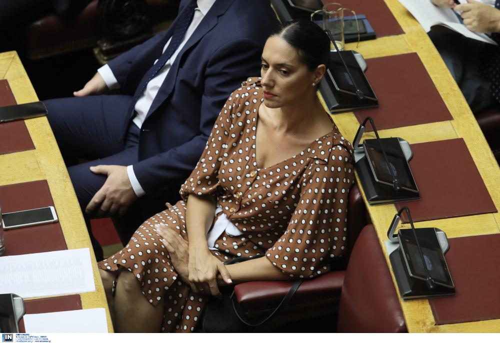 Η Νόνη Δούνια με καφέ πουά φόρεμα στα έδρανα της Βουλής