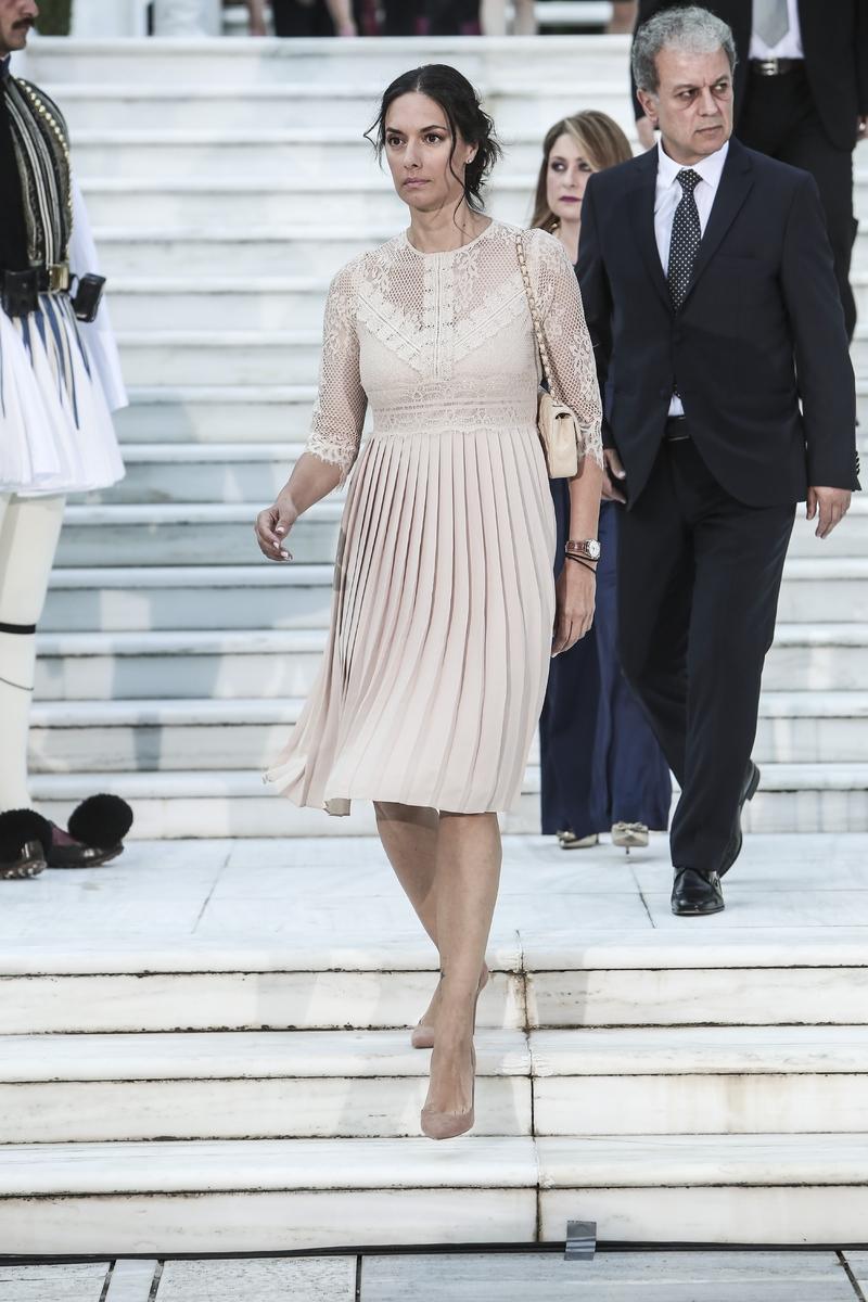 Η Νόνη Δούνια με κρεμ φόρεμα