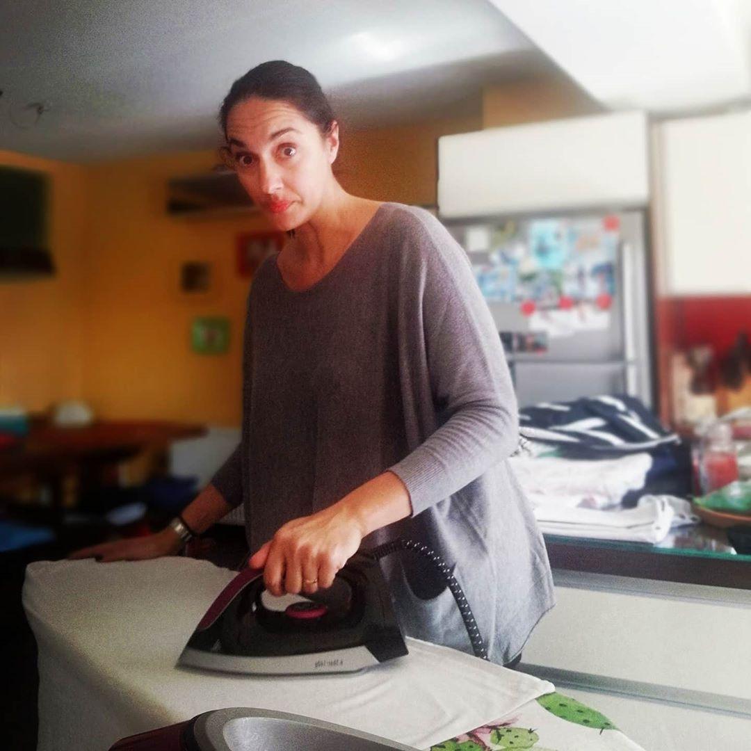 Νόνη Δούνια σιδερώνει στο σπίτι της
