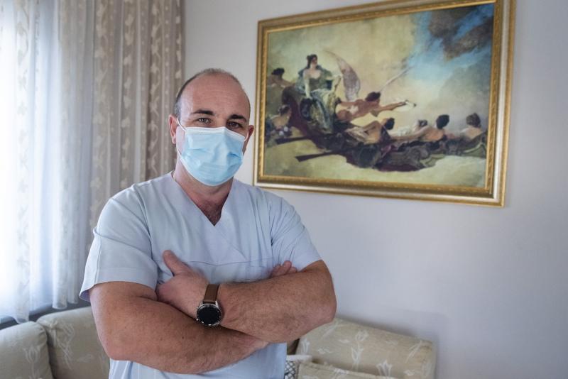νοσηλευτής Γαβριήλ Ταχτατζόγλου με μάσκα και στολή