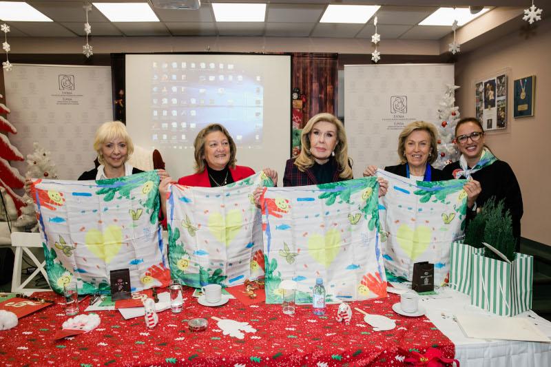 Καίτη Σιούφα, Σίσσυ Παυλοπούλου, Μαριάννα Β. Βαρδινογιάννη, Κατερίνα Κοττή και Τζίνα Κόφφα με το μαντίλι της ΕΛΠΙΔΑΣ από ζωγραφιές παιδιών της Μονάδας