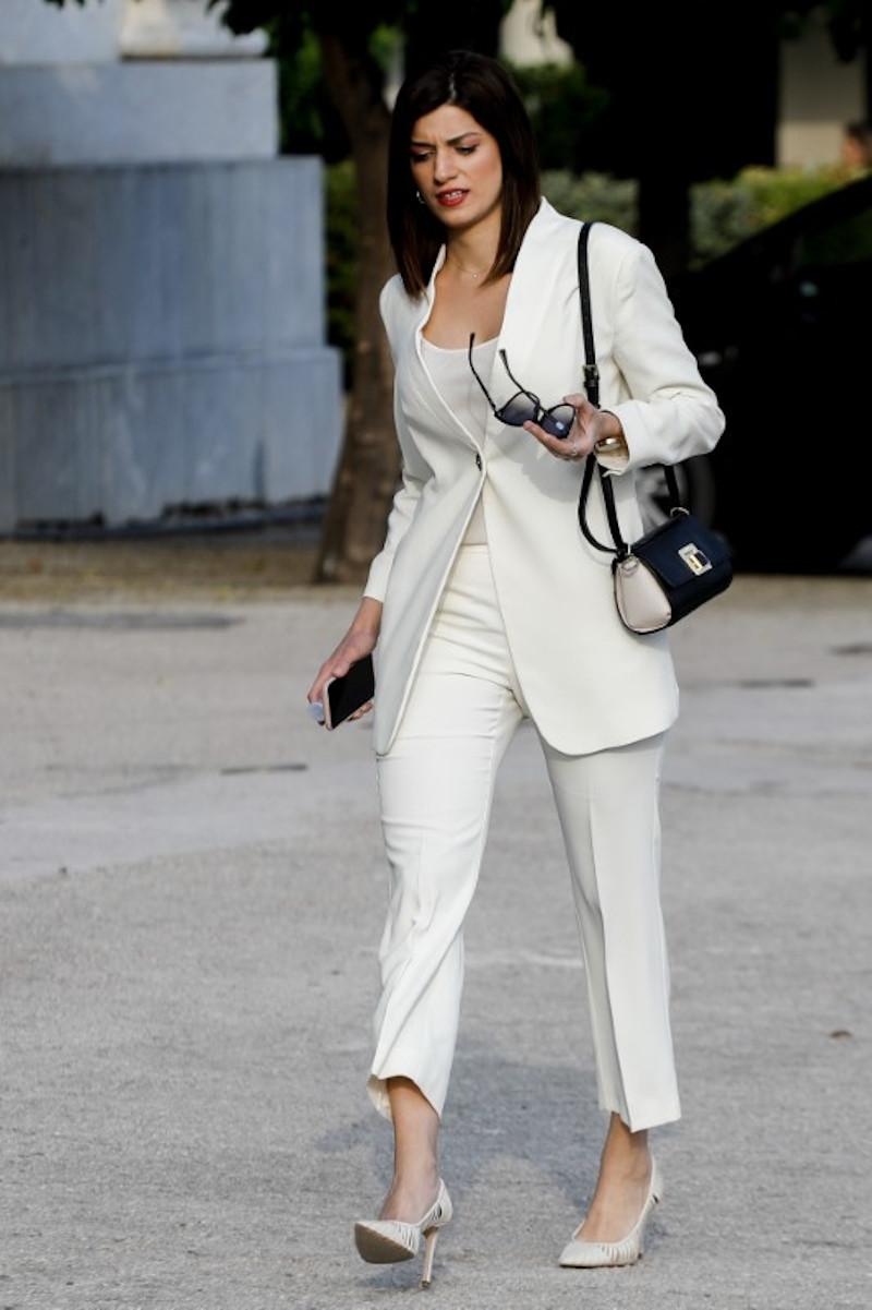 Η Κατερίνα Νοτοπούλου με λευκό κοστούμι