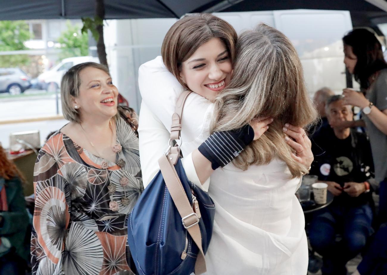 Αγκαλιές της Κατερίνας Νοτοπούλου με τους συνεργάτες της