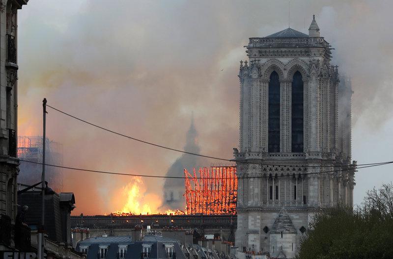 Καίγεται ο ξύλινος σκελετός της Παναγίας των Παρισίων -Φωτογραφία: AP