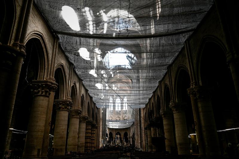 Προστατευτικό δίκτυ στην οροφή της Παναγίας των Παρισίων.