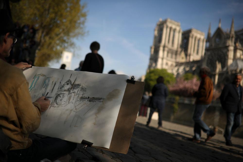 Ζωγράφος του δρόμου σκιτσάρει την Παναγία των Παρισίων