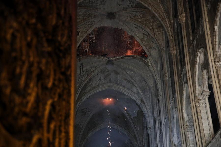 H τρύπα που άνοιξε στην οροφή πάνω από το ιερό το βέλος που κατέρρευσε. Διακρίνονται σπίθες από το λιωμένο μολύβι που πέφτει.