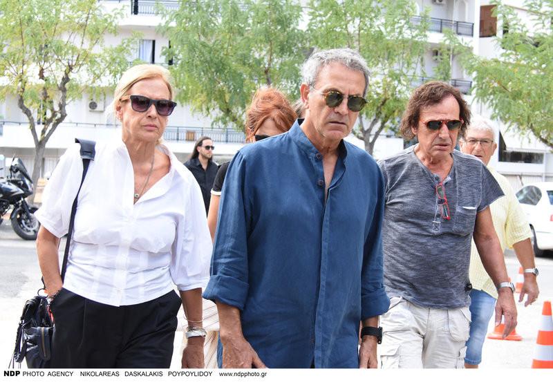 Γιώργος και Άννα Νταλάρα με Βασίλη Παπακωνσταντίνου και Ελένη Ράντου στην κηδεία του Λαυρέντη Μαχαιρίτσα