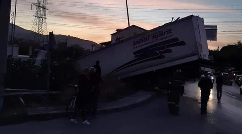 Πυροσβέστες στο σημείο για να βοηθήσουν να απεγκλωβιστεί ο οδηγός
