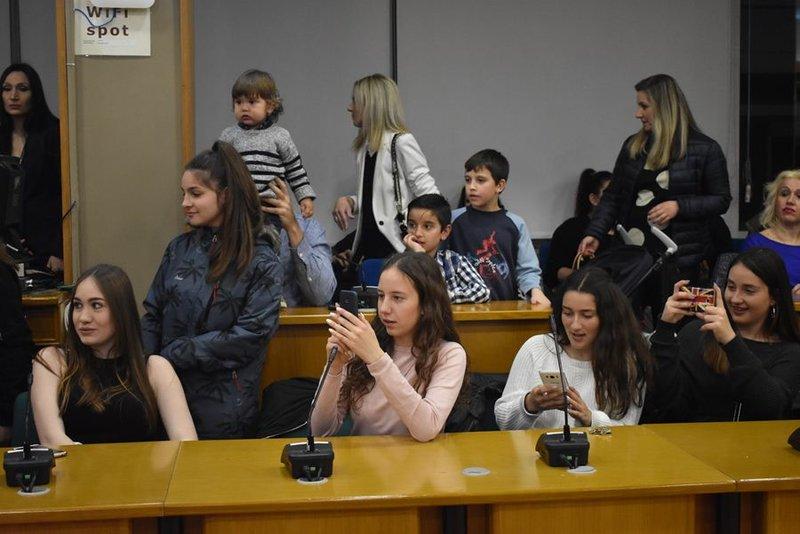 Νεαρές θαυμάστριες του Ντάνου στην παρουσίαση του βιβλίου του στη Λάρισα
