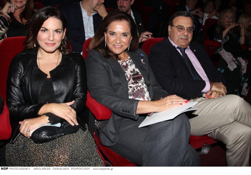 Η Ντόρα Μπακογιάννη μαζί με τον Ισίδωρο Κούβελο και την Όλγα Κεφαλογιάννη στο θέατρο Βέμπο / Φωτογραφία: NDP