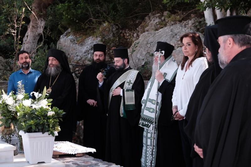 Η Ντόρα Μπακογιάννη και ιερείς στο μνημόσυνο του πατέρα της Κων. Μητσοτάκη