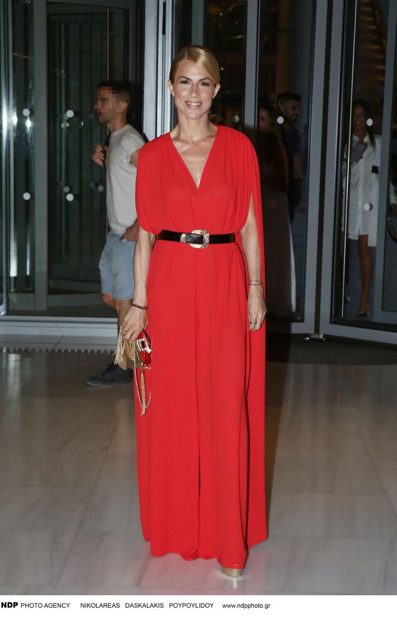 Η Ντορέττα Παπαδημητρίου με κατακόκκινη ολόσωμη φόρμα