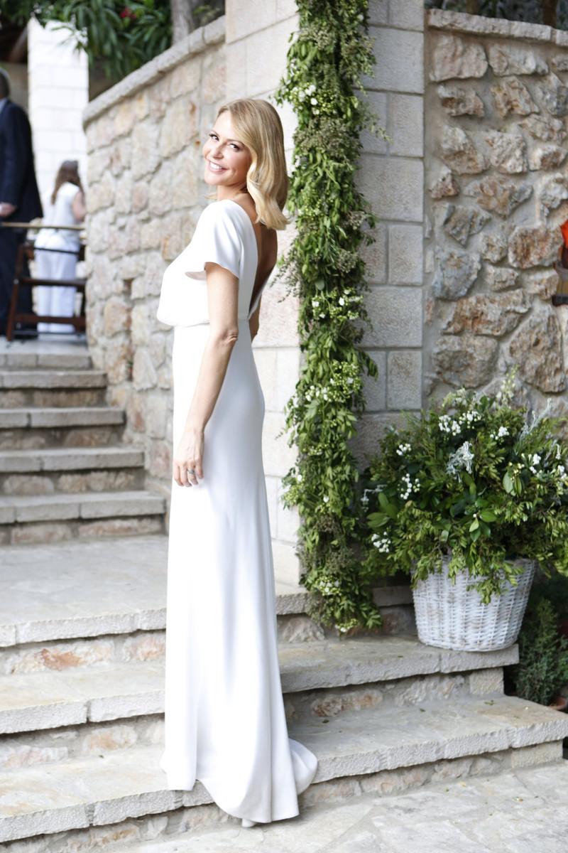 Η Τζένη Μπαλατσινού ποζάρει με το στυλάτο νυφικό της / Φωτογραφία: jenny.gr