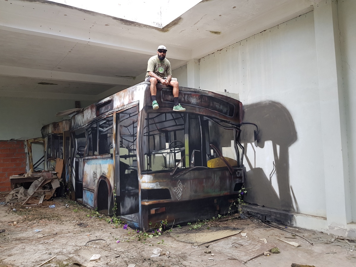 καθεται στο λεωφορείο