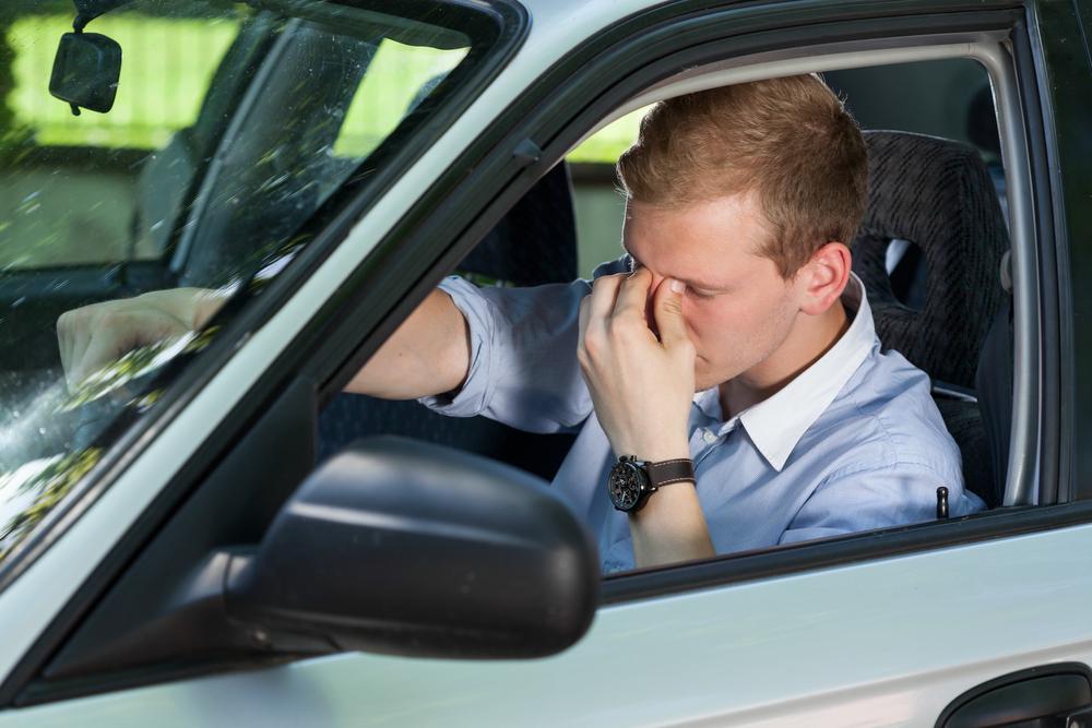 Κουρασμένος άνδρας στο τιμόνι αυτοκινήτου