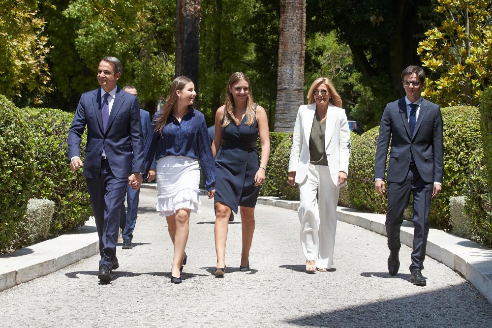 Η οικογένεια Μητσοτάκη καταφθάνει για την ορκωμοσία του νέου πρωθυπουργού, Κυριάκου Μητσοτάκη
