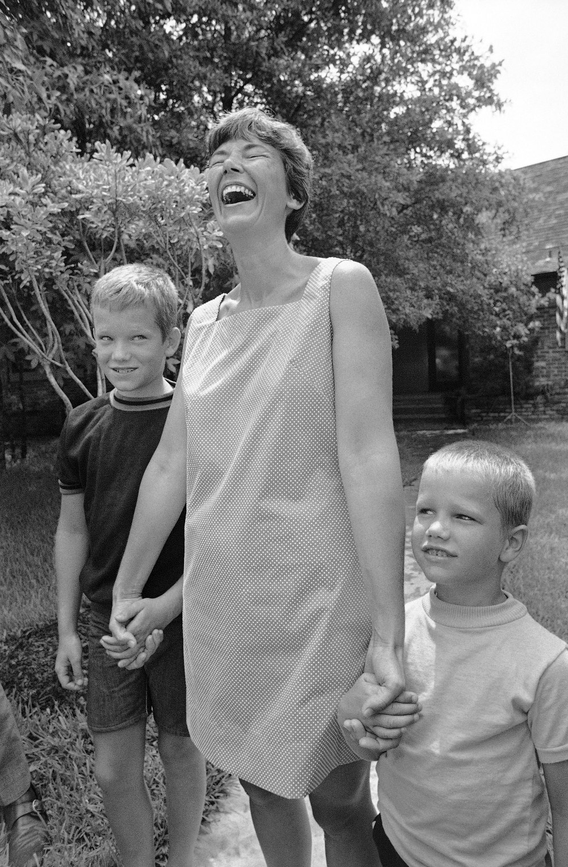 H γυναίκα του Νιλς Αρμστρονγκ, Τζαν και τα δύο τους παιδιά, σε ένα φωτογραφικό στιγμιότυπο τις ημέρες που ο αστροναύτης ετοιμαζόταν να πατήσει στο φεγγάρι