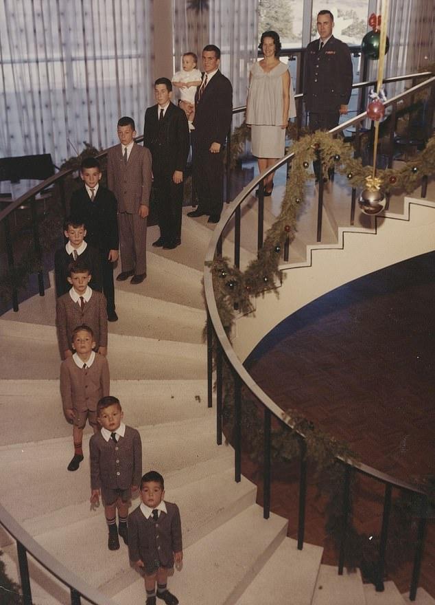 η οικογένεια Γκάλβιν ποζάρει στα σκαλιά