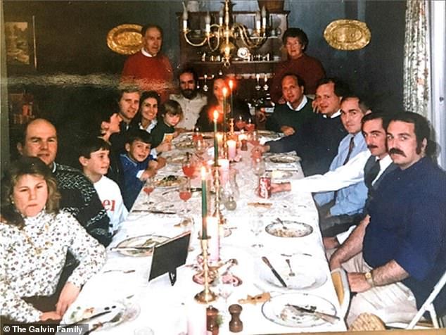 Η οικογένεια Γκάλβιν Όρθιοι πίσω ο Ντόναλντ ο πατέρας και η Μίμι η μητέρα