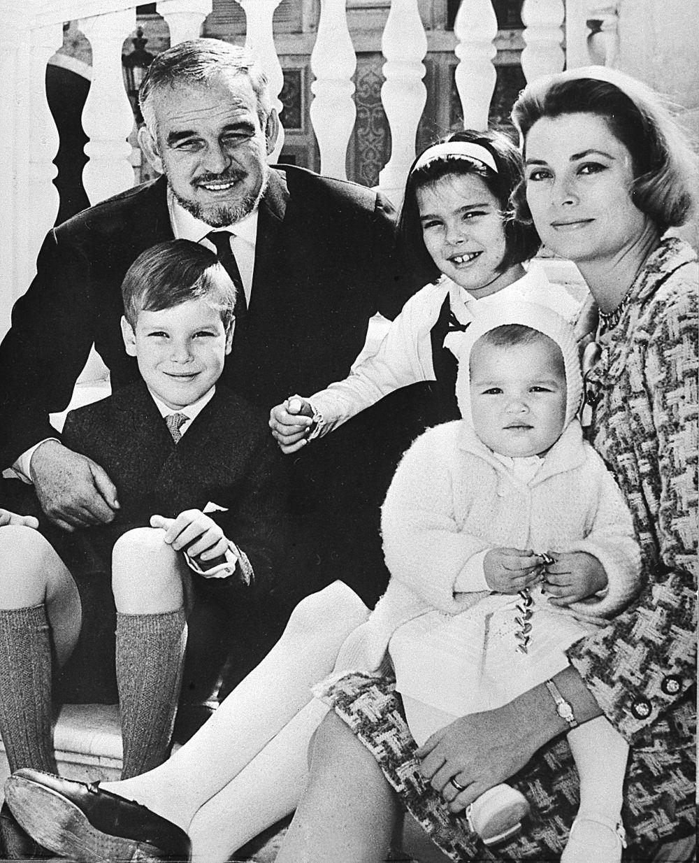 Ο πρίγκιπας Ρενιέ του Μονακό με την Γκρέις Κέλι και τα τρία τους παιδιά, Αλβέρτο, Καρολίνα και Στεφανί
