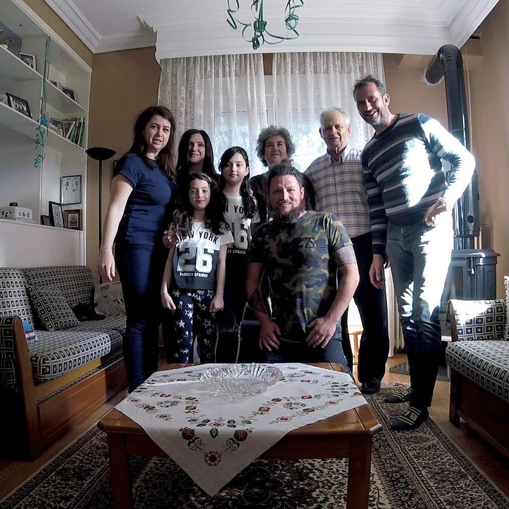 Οικογενειακή φωτογραφία στο σαλόνι σπιτιού στις Σέρρες