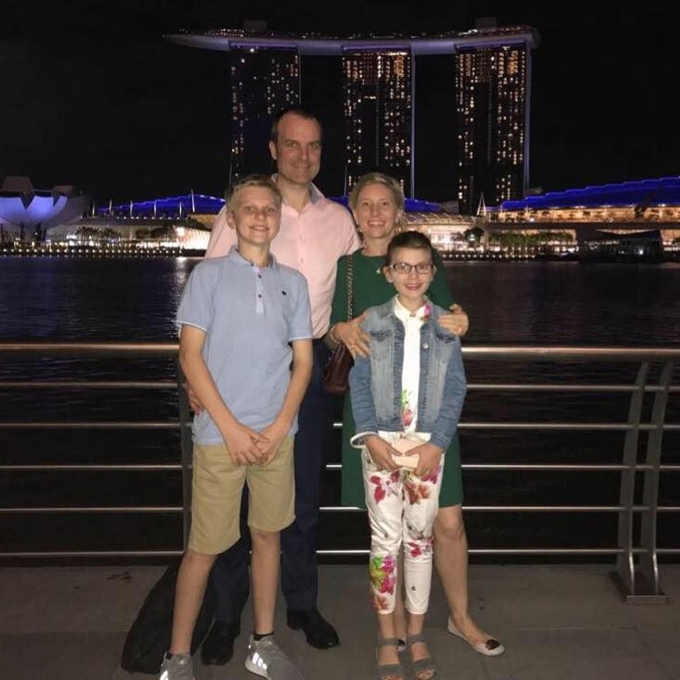 Οικογένεια, ζευγάρι και δύο παιδιά μπροστά σε ουρανοξύστες
