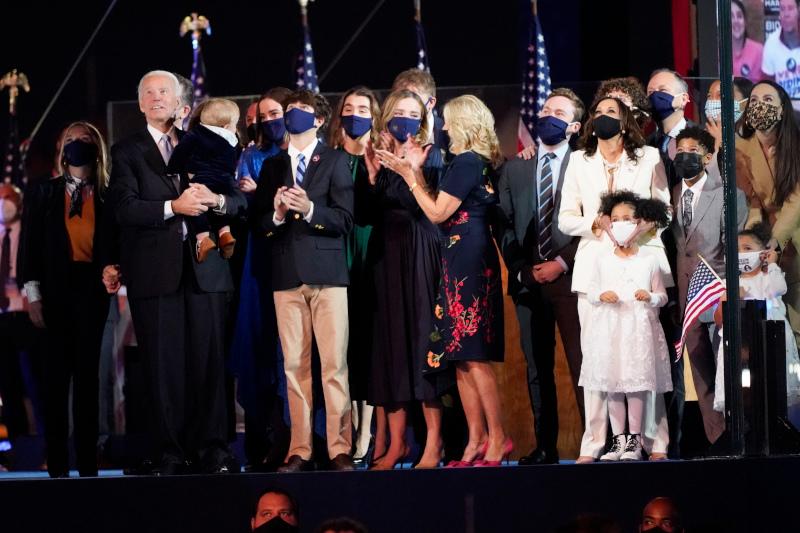 Οι οικογένειες Μπάιντεν και Χάρις επί σκηνής