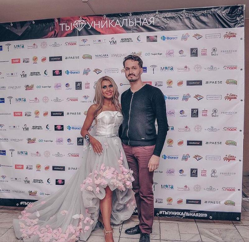 Η Οξάνα Ζοτόβα με φόρεμα σαν νυφικό και ο ιερέας Σεργκέι Ζότοφ