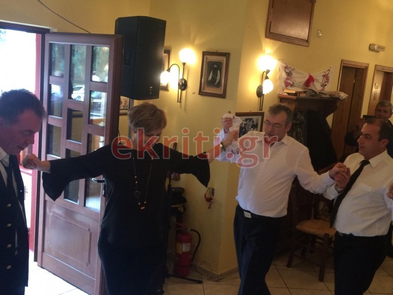 Ενα ακόμη στιγμιότυπο με την Ολγα Γεροβασίλη, να χορεύει, χέρι-χέρι, με τους θαμώνες της ταβέρνας των Ανωγείων