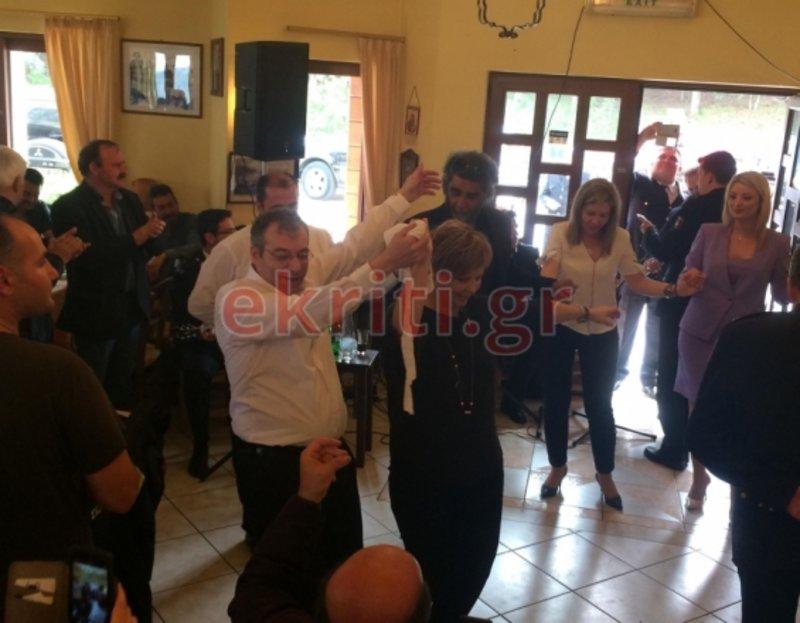 Η Ολγα Γεροβασίλη χορεύει μαζί με θαμώνες της ταβέρνας και εκπροσώπους της τοπικής αυτοδιοίκησης των Ανωγείων