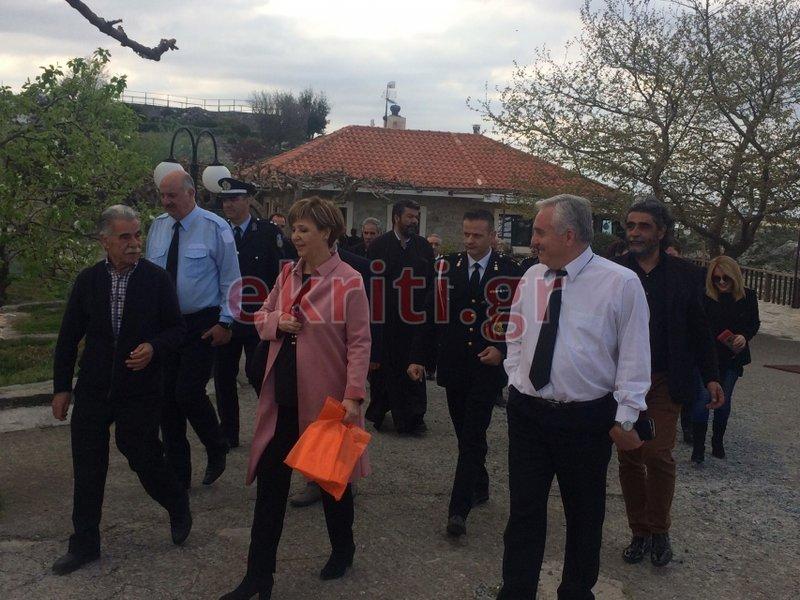 Η κυρία Γεροβασίλη περπατά με τον Βασίλη Σκουλά και εκπροσώπους της τοπικής αυτοδιοίκησης των Ανωγείων