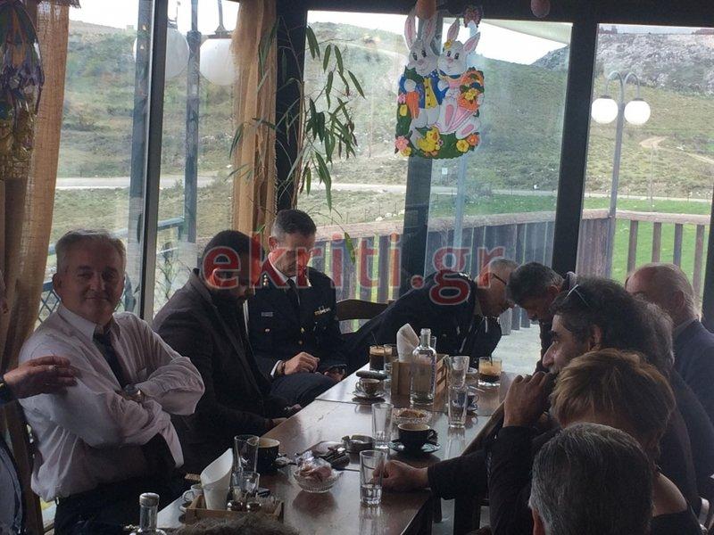 Το τραπέζι των επισήμων, στην ταβέρνα των Ανωγείων, όπου κάθισε και η υπουργός Ολγα  Γεροβασίλη