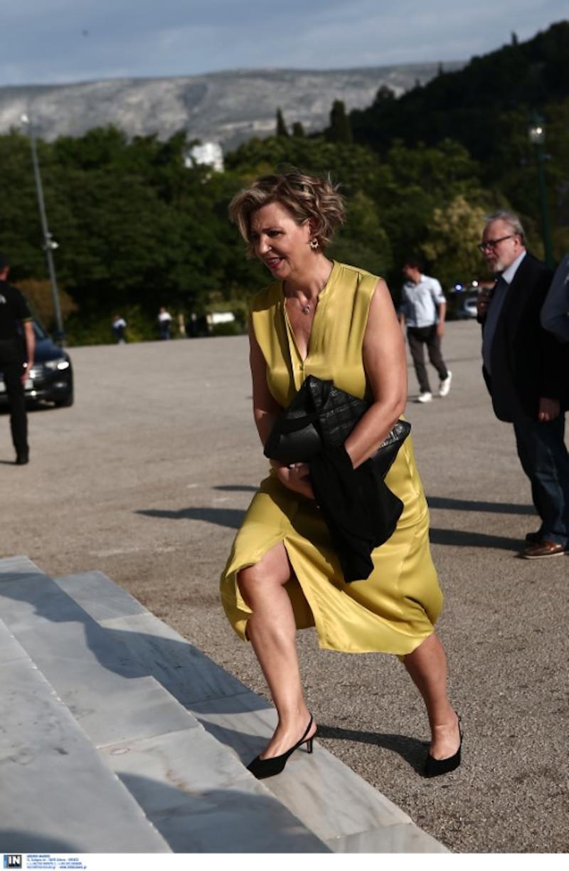 Η Ολγα Γεροβασίλη με κίτρινο φόρεμα
