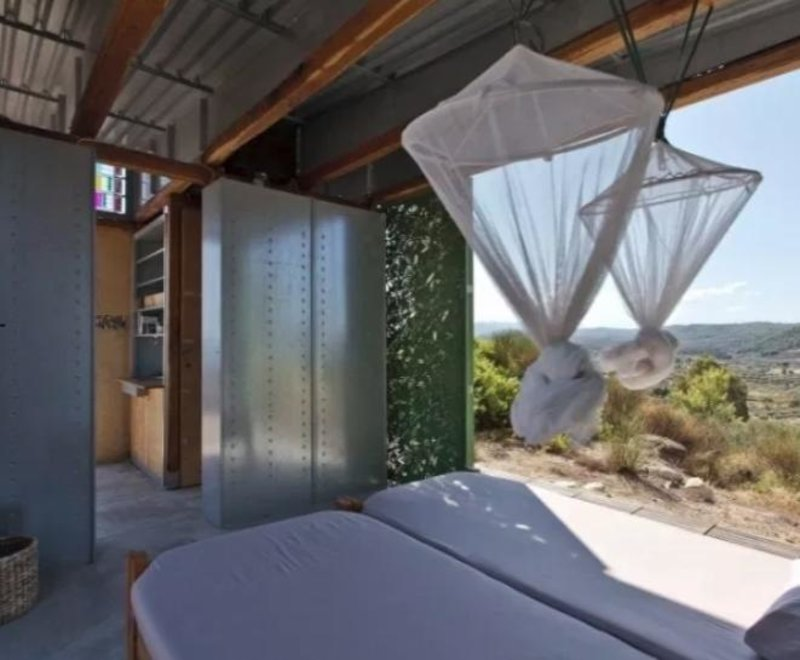 Υπνοδωμάτιο με θέα τα βουνά