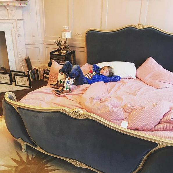 Η κρεβατοκάμαρα του Τζέιμι Όλιβερ και της συζύγου του με τις χρυσές λεπτομέρειες στο κρεβάτι