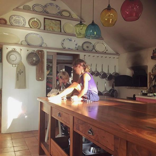 Η κουζίνα με τον πελώριο πάγκο