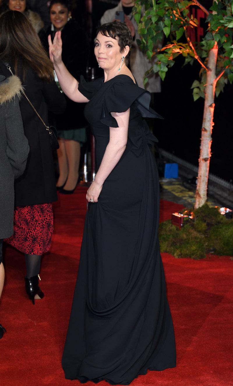 Η Ολίβια Κόλμαν με μαύρη μακριάτουαλέτα