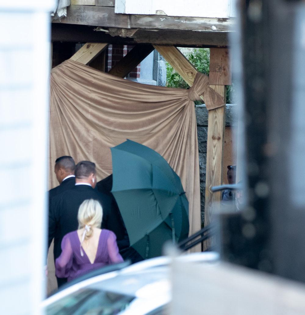 Η Τζένιφερ Λόρενς φτάνει στο μέρος όπου θα γίνει ο γάμος. Μια μεγάλη ομπρέλα την προστατεύει από τα αδιάκριτα βλέμματα