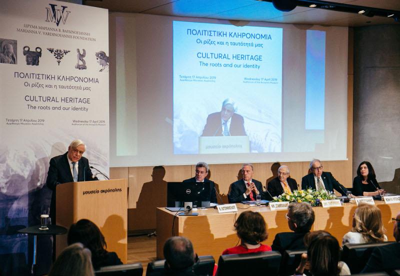 Ο Πρόεδρος της Δημοκρατίας κατά την διάρκεια της ομιλίας του και το πάνελ στα δεξιά