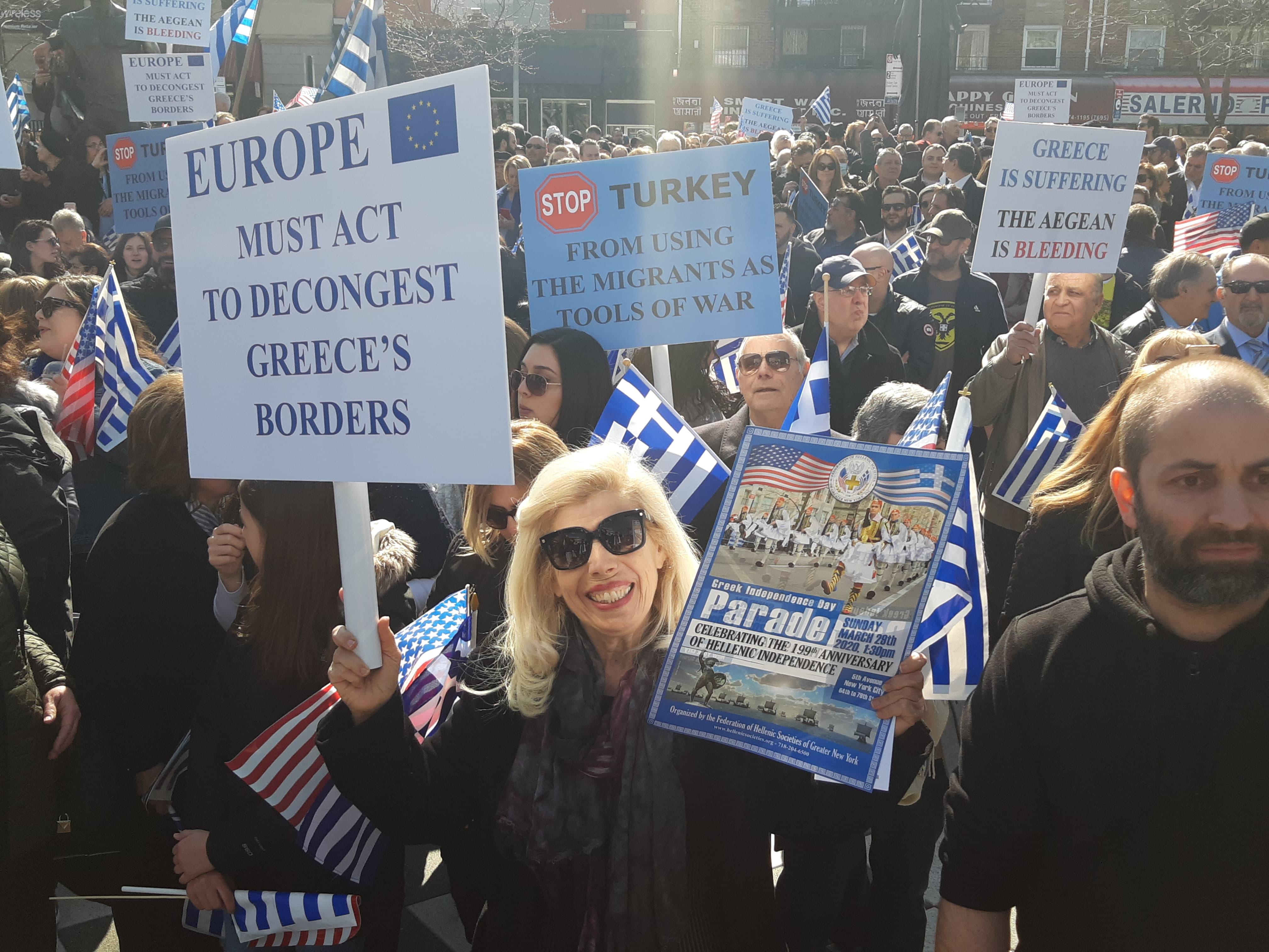 Ελληνες ομογενείς στην πλατεία Αθηνών της Αστόριας