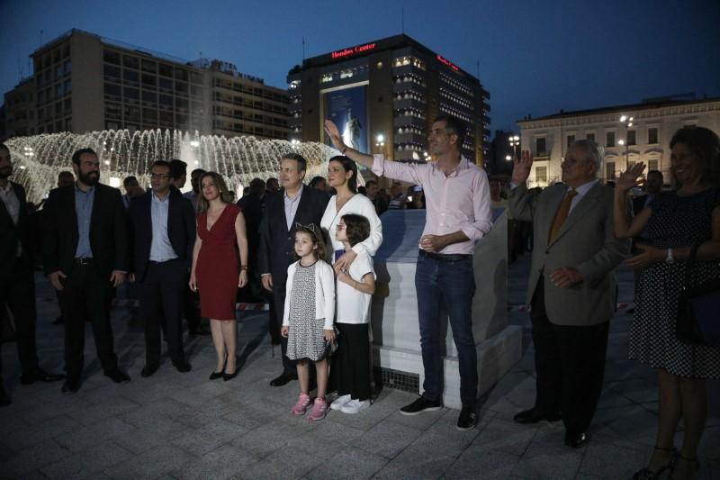 Ο δήμαρχος Αθηναίων Κώστας Μπακογιάννης χαιρετά τους πολίτες στα εγκαίνια της νέας πλατείας Ομονοίας