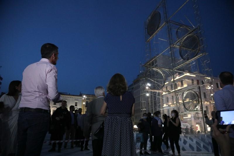 Ο δήμαρχος Αθηναίων Κώστας Μπακογιάννης στα εγκαίνια της νέας πλατείας θαυμάζει το γλυπτό του Γ. Ζογγολόπουλου