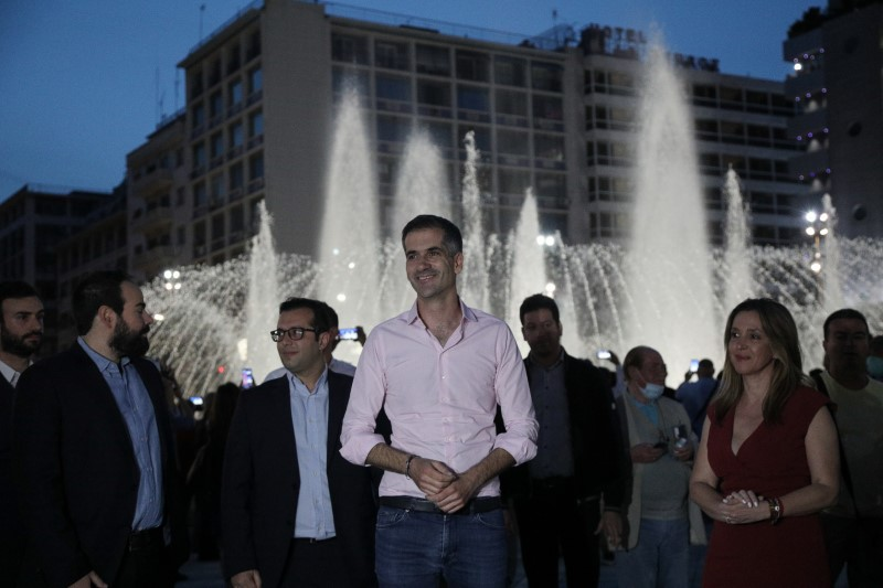 Ο δήμαρχος Αθηναίων Κώστας Μπακογιάννης στα εγκαίνια της νέας πλατείας με φόντο το συντριβάνι