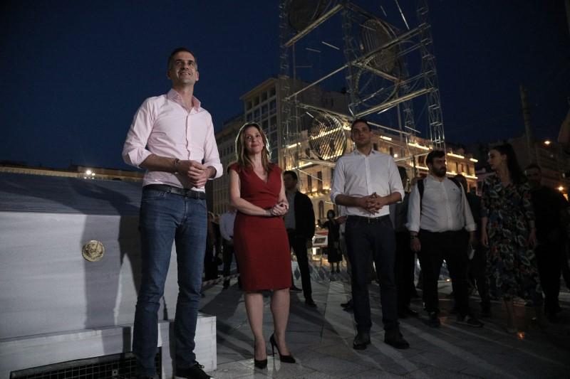Ο δήμαρχος Αθηναίων Κώστας Μπακογιάννης στα εγκαίνια της νέας πλατείας με φόντο το γλυπτό του Γ. Ζογγολόπουλου