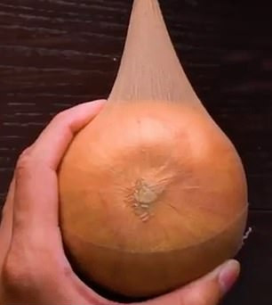 Έξυπνο κόλπο για να μην μουχλιάσουν τα κρεμμύδια σας