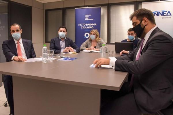 Ο γ.γ. του Πρωθυπουργού Γρ. Δημητριάδης (αριστερά) στη συνεδρίαση του ΕΓ της ΟΝΝΕΔ