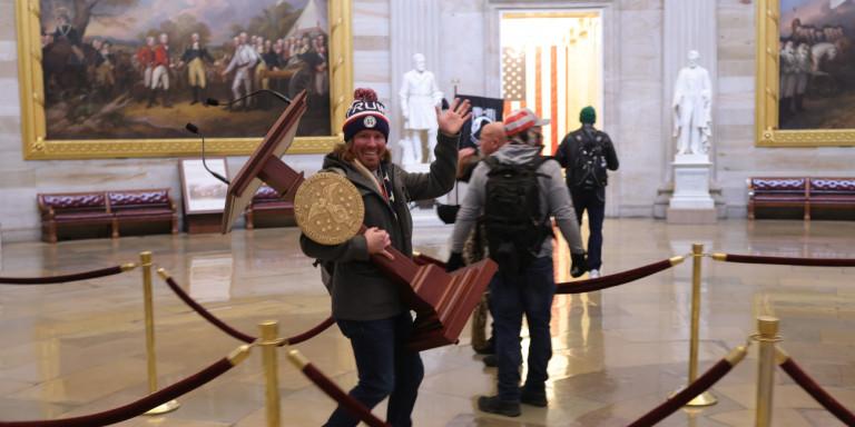 Ο άντρας που πήρε τη λεκάνη της Nancy Pelosi από το Καπιτώλιο